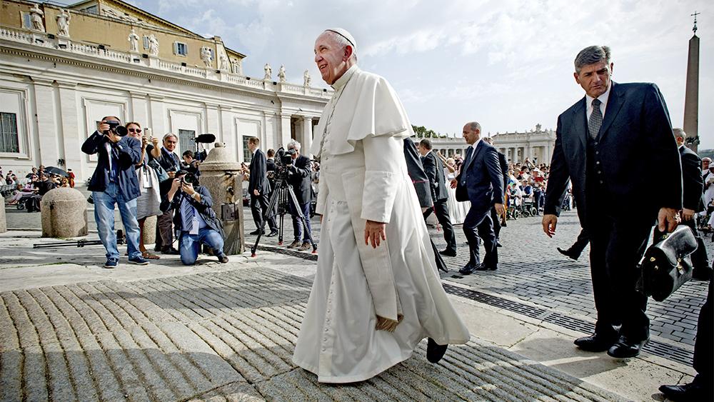 Papież Franciszek wydaje się równym gościem