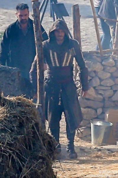 Fassbender jako Aguilar na planie zdjęciowym