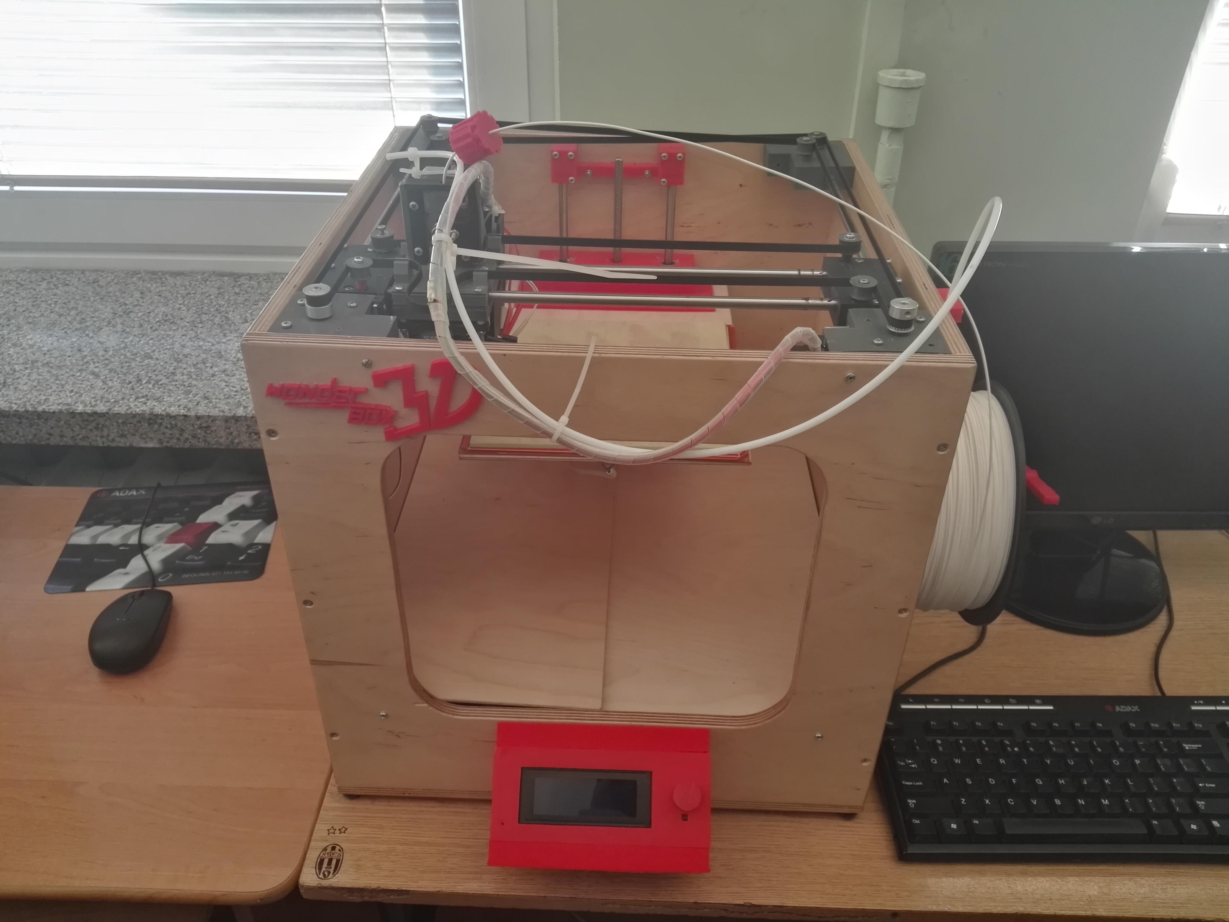 Potrzebne części wykonuje się na miejscu dzięki szkolnej drukarce 3D