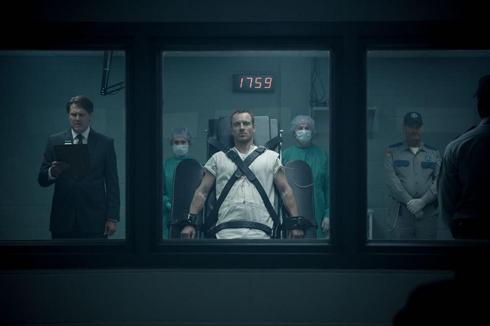 Podłączony do niego jest Michael Fassbender jako główny bohater filmu.