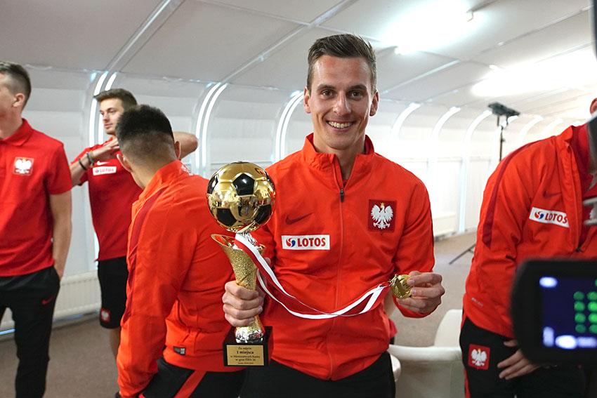 Milik szczęśliwy ze swoim trofeum.Miejmy nadzieję, że kolejne trafi w jego ręce w ciągu miesiąca : )