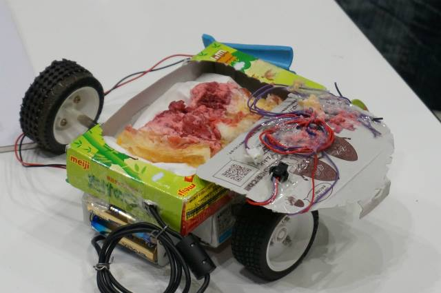 Tego robota wyposażono w... ciasto malinowe