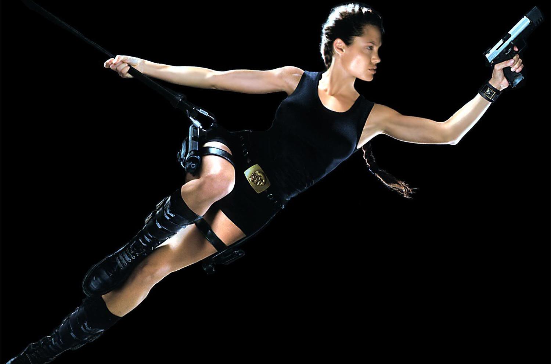 Lara w interpretacji Angeliny Jolie jest bardziej zmysłowa.